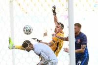 Thủ môn Slovakia phản lưới nhà theo cách khó tin