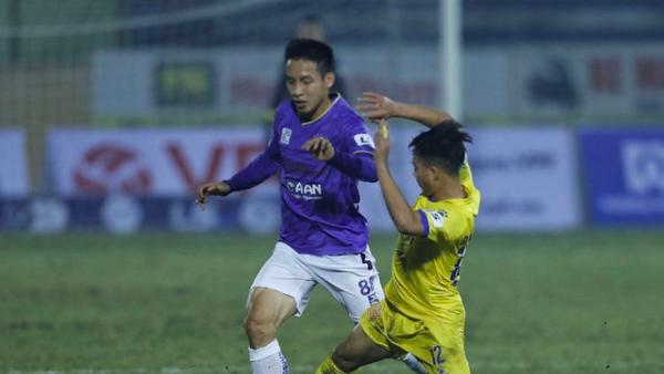 VFF treo giò cầu thủ Nam Định đạp lật cổ chân đồng nghiệp