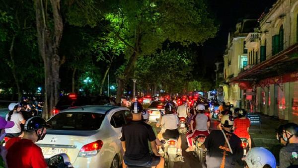 """Người Hà Nội đổ ra đường đêm Trung Thu: """"Đừng để thành quả bước đầu của Thủ đô uổng phí vì sự chủ quan"""""""