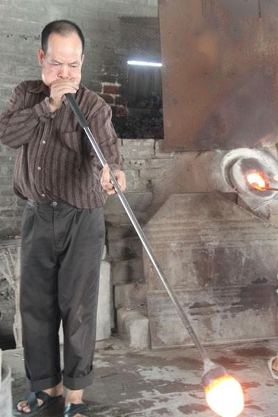 Một người thợ thổi thủy tinh phải có nhiều hơi