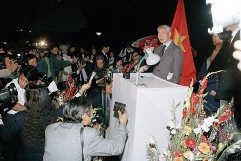Bộ trưởng Ngoại giao Nguyễn Cơ Thạch họp báo tại Hà Nội tối 4-2-1995 nhân việc Mỹ bãi bỏ lệnh cấm vận thương mại với Việt Nam