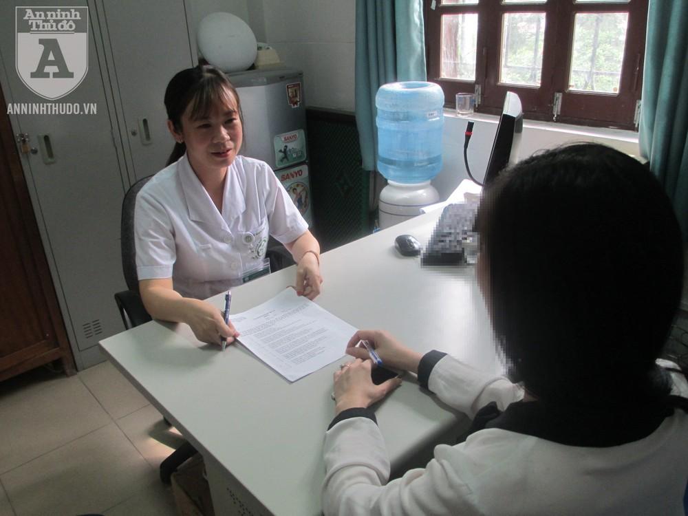 Nữ cán bộ tâm lý đang hỗ trợ một người bệnh