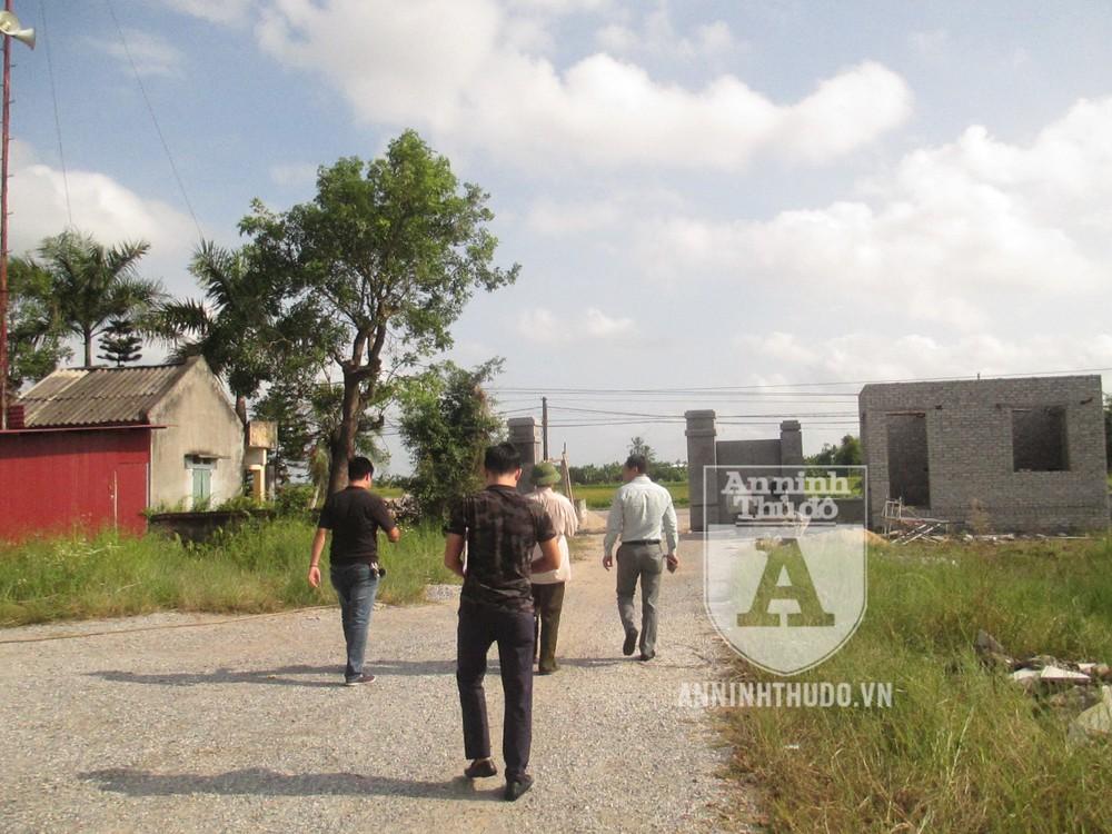 Các trinh sát hình sự đi bộ tới nhà Viên để vận động gia đình khuyên đối tượng đầu thú, cũng như sẵn sàng trấn áp, bắt giữ, nếu gặp Viên