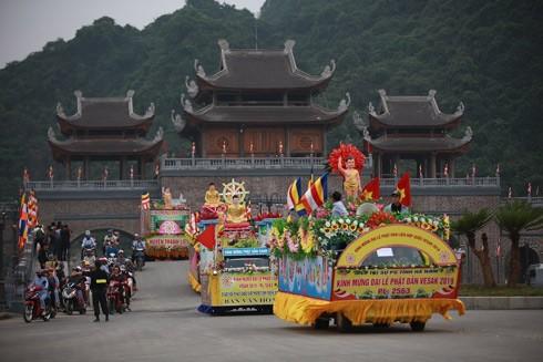 Đoàn xe hoa diễu hành chạy qua cổng Tam quan tiến vào khu quần thể chùa Tam Chúc