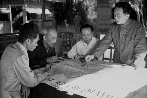 Đại tướng Võ Nguyên Giáp (phải) trình bày với Chủ tịch Hồ Chí Minh và các đồng chí lãnh đạo Đảng, Nhà nước bàn kế hoạch mở chiến dịch Điện Biên Phủ năm 1954