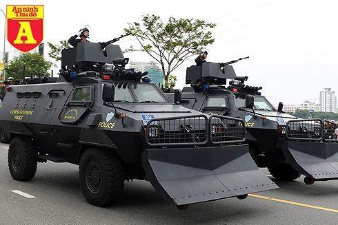 [ĐỒ HỌA] Dù có 7 tay súng hộ vệ, trùm ma túy vẫn phải thúc thủ trước xe bọc thép của Cảnh sát ảnh 1