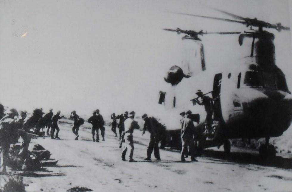 [Info] 5 chiếc trực thăng khổng lồ CH-47 Mỹ đã giúp Việt Nam lập cầu hàng không thế nào? ảnh 2