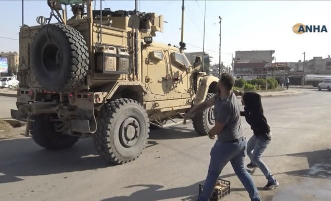 [Info] Bị phản bội, người Kurd ném khoai tây vào xe kháng mìn Mỹ trên đường rút lui ảnh 1