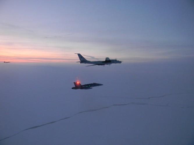 """[Info] Tiêm kích CF-18 Canada bay vọt lên chặn """"gấu già"""" Tu-142 ảnh 1"""