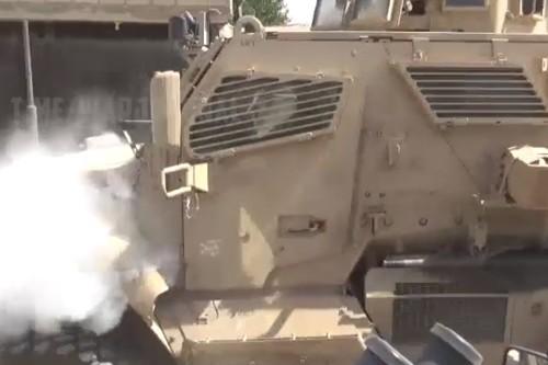 [Info] Xe bọc thép Mỹ bốc khói khi đi ngang qua chốt chặn Nga tại Syria ảnh 2
