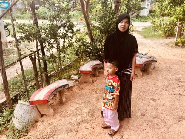Suranya Litae, một nạn nhân khác của tục tảo hôn, cùng cậu con trai 7 tuổi