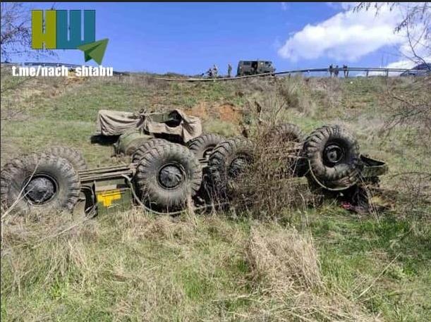 """[Info] """"Bão lửa"""" BM-27 Ukraine lật bẹp dí trên cao tốc ảnh 2"""