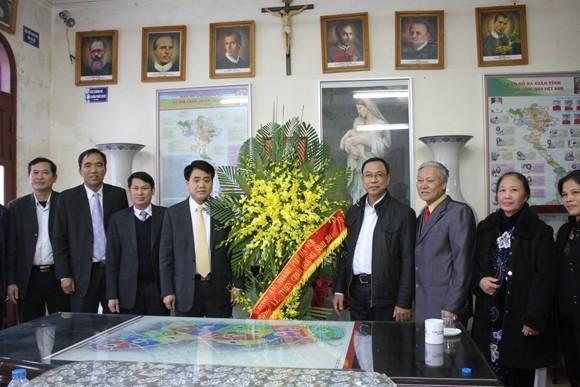 Thiếu tướng Nguyễn Đức Chung tặng lẵng hoa chúc mừng giáo xứ Thái Hà