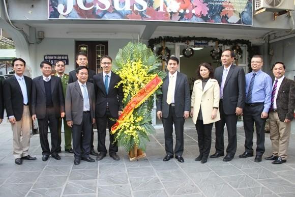 Thiếu tướng Nguyễn Đức Chung tặng lẵng hoa chúc mừng Hội Thánh Tin lành Hà Nội