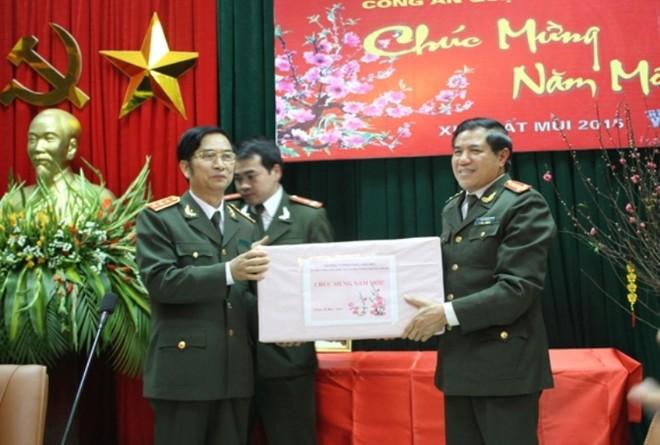 Thượng tướng Đặng Văn Hiếu trao quà cho CAQ Đống Đa