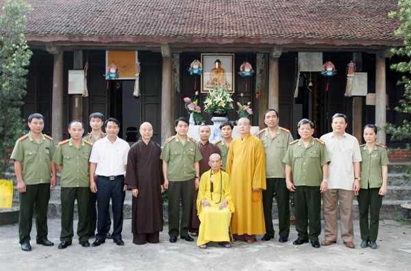 Hòa thượng Thích Phổ Tuệ và Thiếu tướng Nguyễn Đức Chung cùng đoàn công tác CATP Hà Nội, các vị hòa thượng, chư tôn đức giáo phẩm Giáo hội Phật giáo Việt Nam chụp ảnh lưu niệm tại chùa Viên Minh