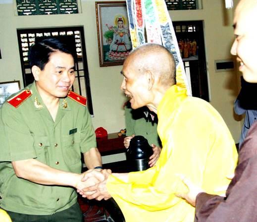Thiếu tướng Nguyễn Đức Chung bày tỏ vui mừng, phấn khởi với Hòa thượng Thích Phổ Tuệ nhân Đại lễ Phật đản 2559