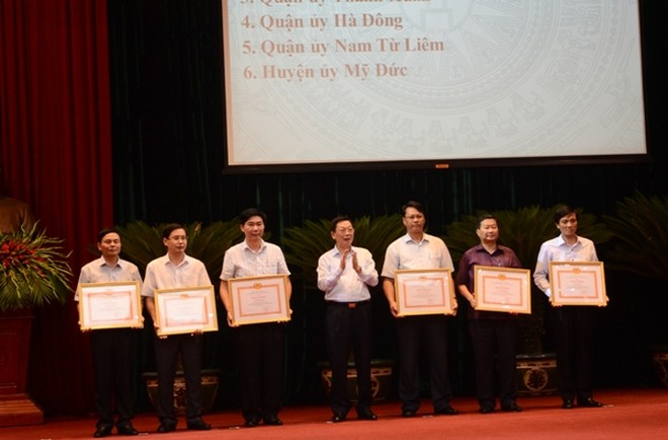 Chủ tịch UBND thành phố Hà Nội Nguyễn Thế Thảo (giữa) trao Bằng khen của Ban Thường vụ Thành ủy cho các tập thể có thành tích xuất sắc thực hiện Chương trình 05 của Thành ủy