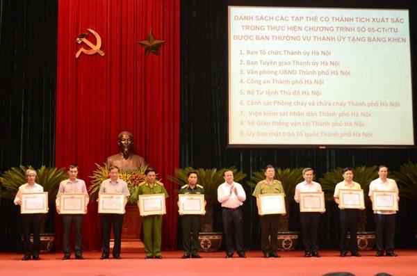 Bí thư Thành ủy Phạm Quang Nghị (giữa), trao Bằng khen của Ban Thường vụ Thành ủy cho các tập thể có thành tích xuất sắc thực hiện Chương trình 05 của Thành ủy