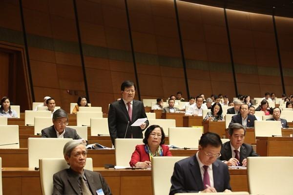 Bộ trưởng Bộ Xây dựng Trịnh Đình Dũng giải trình trước Quốc hội