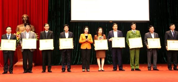 Đồng chí Ngô Thị Thanh Hằng trao Bằng khen của Ban Thường vụ Thành ủy cho các tập thể xuất sắc