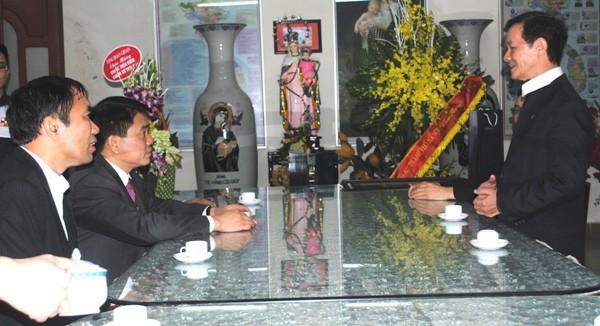 Linh mục Trịnh Ngọc Hiên chúc mừng Thiếu tướng Nguyễn Đức Chung được tín nhiệm bầu giữ vị trí Phó Bí thư Thành ủy Hà Nội