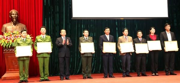 Đồng chí Vũ Hồng Khanh, Phó Chủ tịch UBND thành phố trao Bằng khen của UBND thành phố cho các tập thể xuất sắc