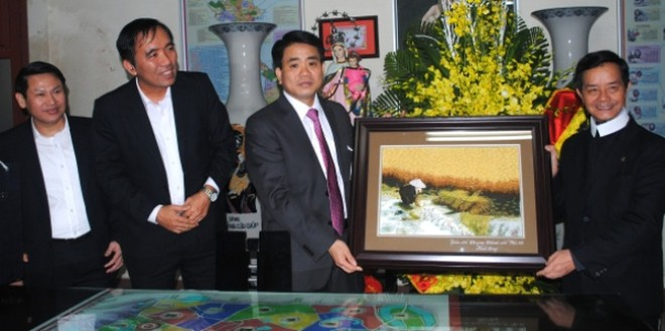 Thiếu tướng Nguyễn Đức Chung tặng quà chúc mừng linh mục Trịnh Ngọc Hiên