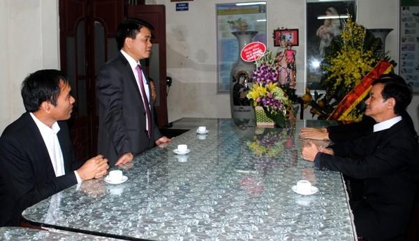 Thiếu tướng Nguyễn Đức Chung chúc mừng linh mục Trịnh Ngọc Hiên được bổ nhiệm làm Chính xứ Thái Hà
