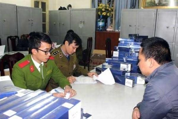 CAQ Thanh Xuân đấu tranh với Lê Tuấn Anh (bên phải)