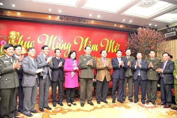 Bộ trưởng Trần Đại Quang (giữa) chụp ảnh lưu niệm với các đồng chí lãnh đạo Thành ủy, HĐND, UBND thành phố Hà Nội
