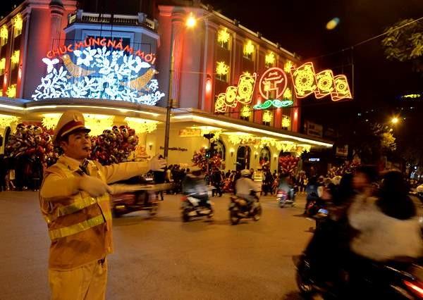 Cảnh sát giao thông Công an Hà Nội phân luồng, đảm bảo TTATGT đêm giao thừa