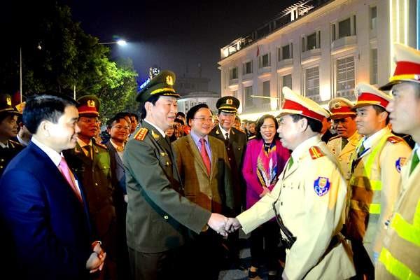 Bộ trưởng Trần Đại Quang thăm, chúc Tết và kiểm tra chốt Cảnh sát giao thông Công an Hà Nội tại ngã tư Hàng Bài - Hàng Khay - Tràng Tiền