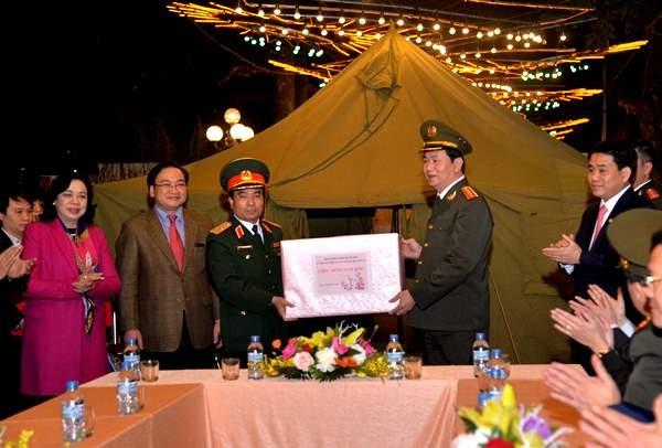 Bộ trưởng Trần Đại Quang cùng các đồng chí lãnh đạo Thành ủy, HĐND, UBND thành phố Hà Nội tặng quà, chúc Tết cán bộ chiến sỹ Bộ tư lệnh Thủ đô tại trận địa pháo hoa bên hồ Hoàn Kiếm