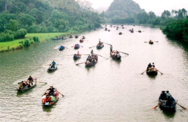 """Nhiều đối tượng lợi dụng dịch vụ """"đò"""" ở chùa Hương để """"cò mồi"""" gây mất trật tự công cộng (Ảnh minh hoạ)"""
