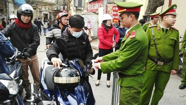 CAQ Đống Đa phối hợp với lực lượng Cảnh sát bảo vệ CATP Hà Nội trông xe miễn phí cho bà con du xuân, đi lễ nhà thờ Thái Hà trong dịp Tết Nguyên đán Bính Thân 2016