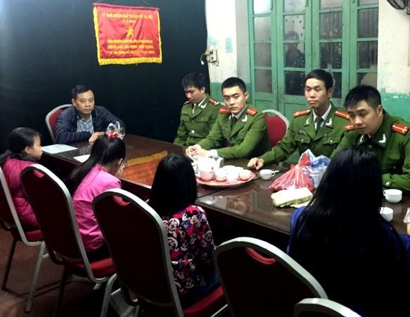 CAP Nam Đồng đưa 4 nữ học sinh lớp 5 về trụ sở để giao cho gia đình