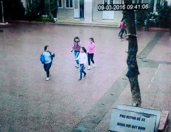 Camera ghi lại hình ảnh 4 cháu học sinh nữ rời khỏi sân trường lúc 9h41 ngày 9-3