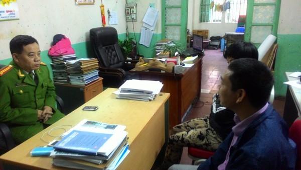 Đại diện chỉ huy CAP Nam Đồng trao đổi thông tin vụ việc với đại diện gia đình 4 cháu học sinh nữ và anh Minh Thi, người lái taxi có tinh thần trách nhiệm cao
