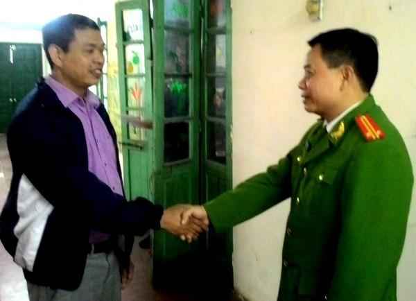 Đại diện chỉ huy CAP Nam Đồng biểu dương tinh thần trách nhiệm cao của anh Minh Thi