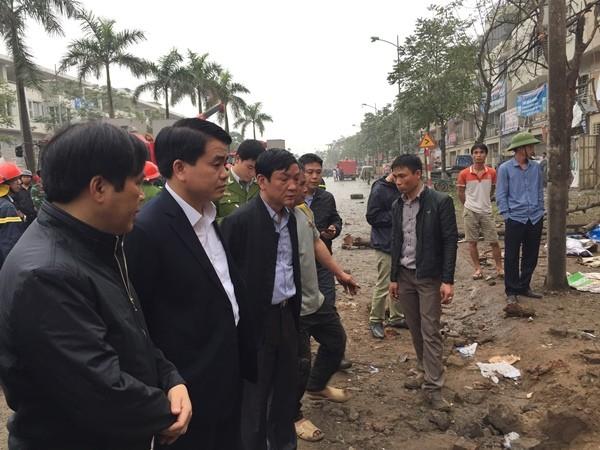 Đồng chí Nguyễn Đức Chung, Chủ tịch UBND thành phố Hà Nội (thứ 2 từ trái sang) trực tiếp thị sát hiện trường vụ nổ