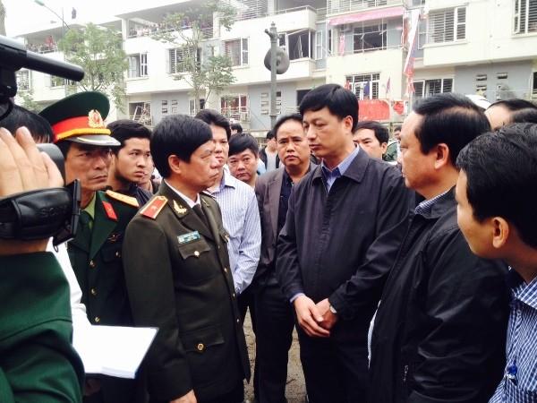 Thiếu tướng Đoàn Duy Khương, Giám đốc CATP Hà Nội đang nghe Đại tá Nguyễn Duy Ngọc, Phó Giám đốc CATP báo cáo tình hình tại hiện trường vụ nổ