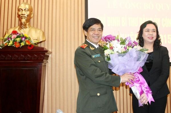 Đồng chí Ngô Thị Thanh Hằng tặng hoa chúc mừng Thiếu tướng Đoàn Duy Khương được Thành ủy Hà Nội chỉ định giữ chức Bí thư Đảng ủy CATP