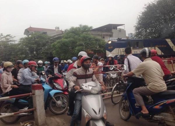 Hàng chục người dân đi xe máy cố tình len qua gác chắn khiến đoàn tàu phải dừng lại khẩn cấp để tránh TNGT nghiêm trọng có thể xảy ra