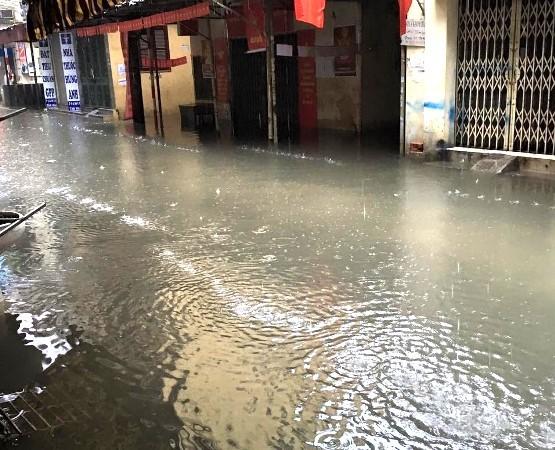Cơn mưa dai dẳng từ đêm 24 đến sáng 25-5 đã làm gần như toàn bộ khu H tại ngõ 147 Tân Mai, quận Hoàng Mai ngập trong nước bẩn