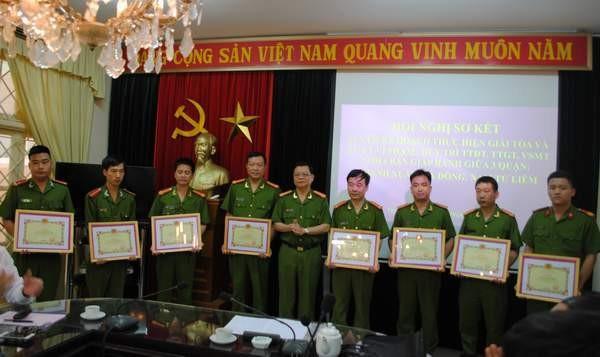 Đại tá Đào Thanh Hải trao Giấy khen của Giám đốc CATP Hà Nội cho các tập thể, cá nhân có thành tích xuất sắc trong công tác đảm bảo trật tự giao thông, đô thị