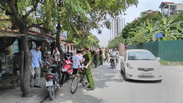 CAQ Nam Từ Liêm dùng xe đạp chuyên dụng thực hiện công tác tuyên truyền đảm bảo