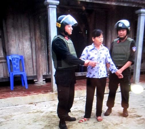 Lực lượng công an thực hiện lệnh bắt Cấn Thị Thêu tại nhà riêng ở huyện Yên Thủy, tỉnh Hòa Bình