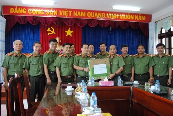 Đại tá Đoàn Ngọc Hùng thay mặt Đảng ủy, Ban Giám đốc CATP Hà Nội và Cụm thi đua số 4 CATP trao tặng Cục An ninh Tây Nam Bộ do Thiếu tướng Huỳnh Đức Hạnh - Cục trưởng, 3 bộ dàn máy vi tính để phục vụ công tác chuyên môn