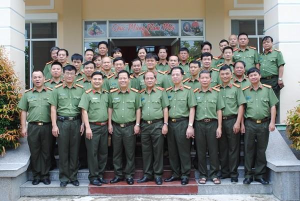 Đoàn công tác Cụm thi đua số 4 CATP Hà Nội chụp ảnh lưu niệm với tập thể cán bộ, chiến sỹ Cục An ninh Tây Nam Bộ